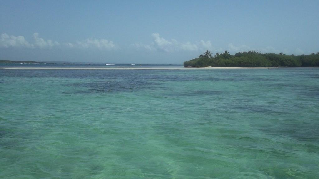 """Les """"petites vagues"""" au loin: La rencontre douce et brutale entre la mer des Caraïbes et l'Océan Atlantique"""